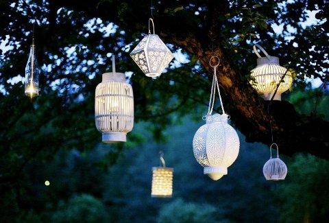 USKYLDSHVITT: Fra venstre: Bottle T-light/Indiska (kr. 79,50), flettet bambus i sylinderform/Plantasjen (kr. 249), Butterfly foldout/Indiska/ (kr. 129), Lampion lykt/Verket (kr. 259) Summer lantern/ Indiska (kr. 299), hvit flettet kurv i bambus/Plantasjen (kr. 249), Burka Design/Verket (kr. 110). (Foto: Tri Nguyen)