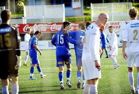 Drammens to målscorere Espen Luna (nummer 15) og Faramarz Nemati (nummer 7) kunne juble på Marienlyst stadion i går, mens Modum og spillende trener John Reidar Jensen må kjempe videre for å unngå nedrykk til 4. divisjon. FOTO: LISA SELIN