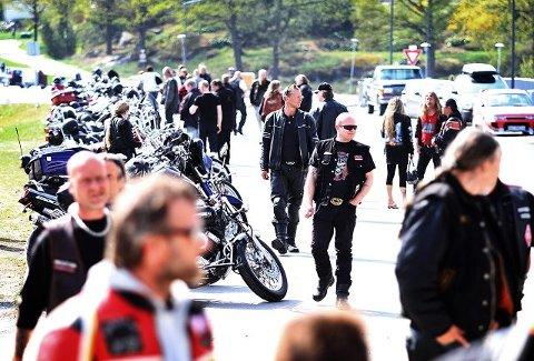 Over 100 En lang rekke av mc-medlemmer måtte ta bena fatt for å komme til sentrum i dag. Ved 14-tiden var over 100 motorsykler parkert på Kråkerøy.