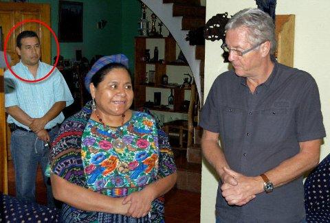 Petter Skauen mistet sin niende nære medarbeider da Alfonso Rafael (innringet) ble skutt og drept tirsdag. Her er de to sammen med fredsprisvinner Rigoberta Menchu.