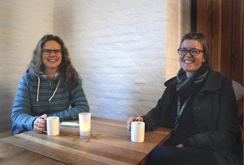 FORNØYDE: Fotolærer Sissel Flo Nilsen (til venstre) og formidlingsansvarlig Ingri Østerholt ved Preus museum får inspirerte elever etter fotodagene her.  Foto: Claudio Mariconda