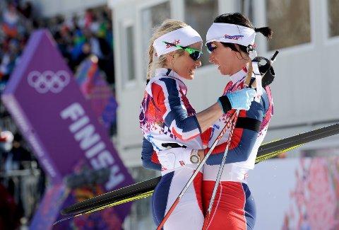 Therese Johaug og Marit Bjørgen holdt rundt hverandre i målområde etter OL-åpningen.
