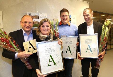 Disse fire mottok prisen for Bærum kommunes arkitekturpris tirsdag kveld. Fra venstre huseiere Kjetil Bøe og Marianne Møller, hovedentreprenør Terje Andre Andersen og arkitekt Knut Hjeltnes.