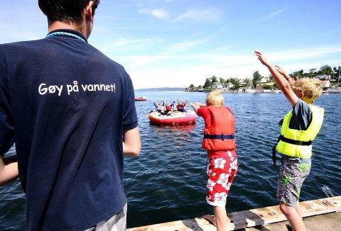 EN - TO - HOPP: Vannet er fortsatt kaldt, men det stopper ikke barna fra å prøve svømmeferdighetene.
