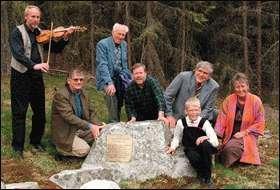 Johannes Sundsvalen spela og Per Olav Berge kveda for ordførarane Kristoffer Hesthag (Sauherad), Arne Storhaug (Bø), Olav Nordstoga (Vinje), John Kleivstaul (Seljord) og fylkeskultursjef Målfrid Rydningen, når dei la fram planar for 200-års jubileet etter Myllarguten. Her ved tuftene til huset Myllarguten budde i ved Ryntveit i Sauherad.
