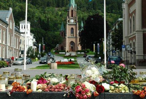Mange hadde lagt ned blomster på Torgscenen for de omkomne etter terrorangrepene i Oslo og på Utøya.