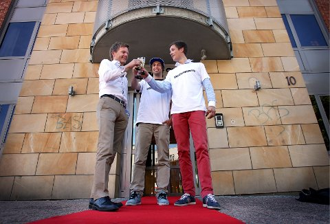 Ordfører Tage Pettersen, fotograf Mattis Knudsen og programleder Emil Gukild på den røde løperen under premieren i Moss Avis.