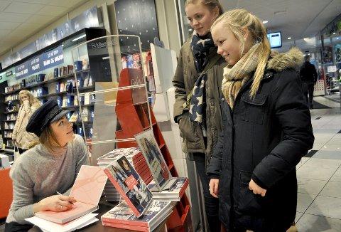 Idol: Johanne Vege (13) og Jenny Solli Helders (14) fikk tips av redesign-dronning Jenny Skavland. Foto: Janne Grytemark