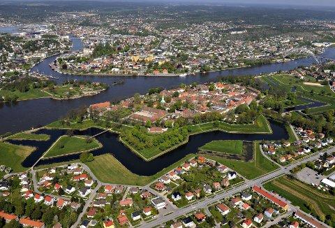 Gamlebyen: Den gamle bydelens karakteristiske stjerneform synes godt fra Fredrikstad-brua.