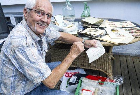 Dykker i historien: Frank Gjersing får seg stedig nye overraskelser når han går gjennom kassen med brev, prospektkort, bilder og mye annet. Foto: Kari Kløvstad