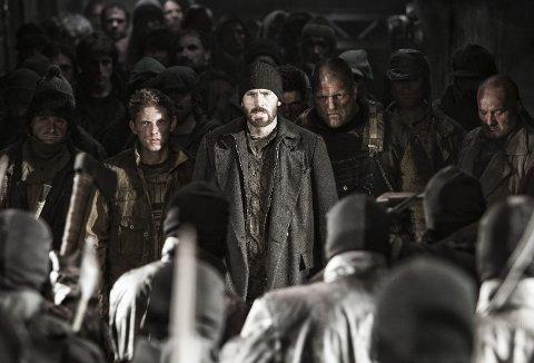 Blodig oppgjør: Chris Evans spiller Curtis (midt på bildet) som leder troppene inne i toget. De skal overta den rullende arken, men møter sterk motstand i denne sloss-scenen.Foto: Filmweb.no