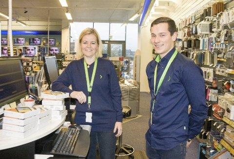 RETT VEI: Karin Lovise Tangjerd og Frode Stava ved Åkra Elektriske mener det er riktig av bankene å sette ned boligrenten.  Foto: Ruth Sunnanå Sveistrup