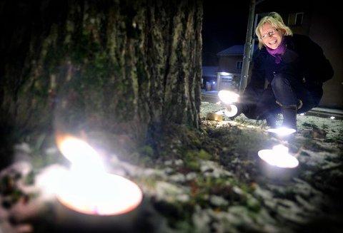 Leder for Human-Etisk Forbund, Idun Bratberg, var med på å lyse opp stasjonsområdet i Ås i går. ALLE FOTO: AMUND LAGBU