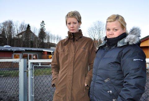 DISKUTERER: Foreldrene Renathe Arevoll ( t.h.) og Sissel Dyblie er alt annet enn fornøyd med rådmannens foslag til barnehagebudsjett. Begge foto: Guri Larsen