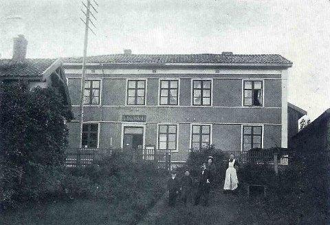 HISTORISK: Svelvik Apotek fotografert i 1890-årene, på sammer sted hvor de hadde tilhold fram til flyttingen i 1989