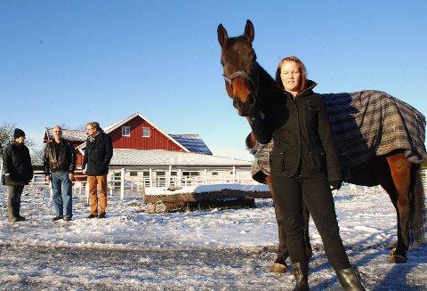 Monica Edvardsen fra Hobøl har fått nye muligheter på Blixland Hestesenter. Bak fra venstre sees Elisa beth Dalen fra Blixland, Finn Aamodt fra Hobøl ASVO og NAV-leder Finn A. Jensen.