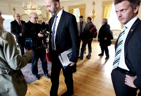 På sidelinjen Ordfører Tage Pettersen (til h.) hadde håpet på midler til omstilling etter besøket av næringsminister Trond Giske i forbindelse med Peterson konkursen. Men så langt har ikke statsråden hostet opp ei krone. foto terje holm