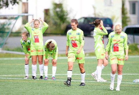 Øvrevoll Hosles juniorjenter var svært skuffet etter at de røk ut i kvartfinalen i NM. Bildet er tatt etter kvartfinaletapet i Norway Cup.