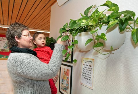 GRØNTERSKJØNT. Styreleder Laila Kaasin viser vesle Sofie noen av plantene inne på avdelingen Blåbærstua.