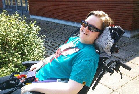 ENDELIG UTE: En god dag. Anita nyter solen utenfor inngangen til Bråset.