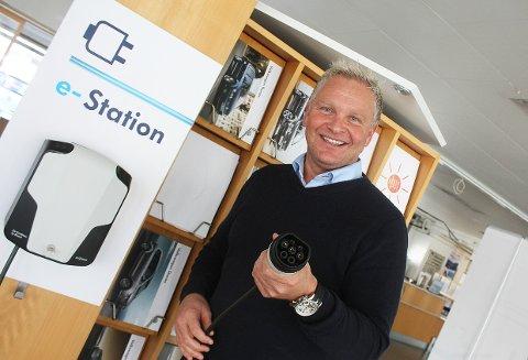 VENTER I SPENNING: VW-ansvarlig hos Møller Bil Fredrikstad, Thomas A. Andersen, konstaterer at åtte av ti kunder på de mest solgte modellene velger leasingfinansiering. Nå venter han på E-Golf. Foto: Per Forsberg