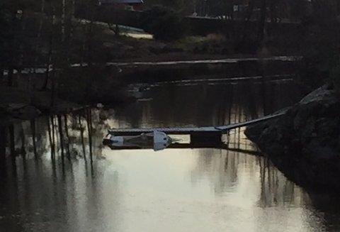 Denne båten i Vansjø trenger hjelp.