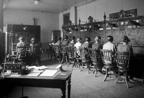 Før telefonsentralen ble automatisert i 1938, måtte alle samtaler kobles opp manuelt. Sentralen var bemannet med en rekke «telefonistinner» som sørget for at abonnentene fikk samtalene de ønsket.
