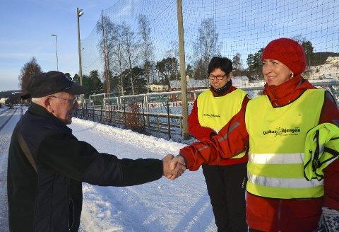 EKSTRAPREMIE: Frøydis Viddal og Berit Granli overrekte «Snøfreseren» en vest fra Tjukkasgjengen.