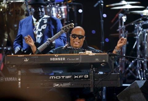Levende legende: Stevie Wonder hyller Nelson Mandela i  California for én måned siden. 5. juli står legenden på scenen i Kongsberg. foto: NTB/Scanpix