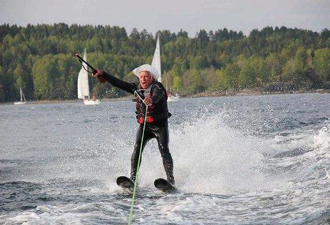 JUBILANTEN KOMMER: Tomm Murstad på vei til sitt eget 70-årslag, på Høuerholmen, selvfølgelig.