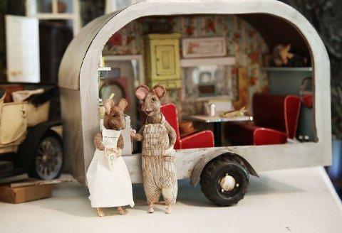 Christel Jensen lager små miniatyrfigurer som blir kunstverk. Musene Toad og Poppy tar med campingvognen på musefamiliens sommerfest.
