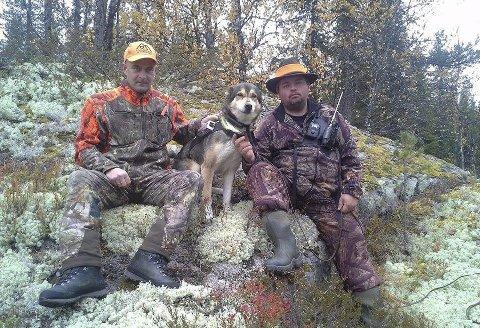 Hans Erik Østerhaug (tv) fra Jordet og Stian Svingen fra Slettås her sammen med hunden Tira har begge fått inndratt våpnene etter at de ble siktet i ulvesaken. I vel ei uke har de deltatt på elgjakt uten våpen.