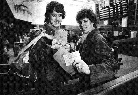 FRA NARVIK. Disse karene heter Fritz Nilsen (18 år i 1984) og Ronny Olsen (19 år i 1984) og tok turen fra Narvik for å se The Clash i Drammenshallen. foto: helge mikalsEn