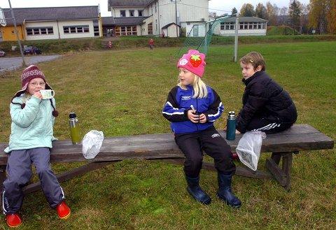 MYE UTENDØRS:  Fra venstre, Ingrid Øverli, Sanne Midtsundstad og  Tanika Nipen. $BYLINE_ON$Foto:Sverre Viggen$BYLINE_OFF$