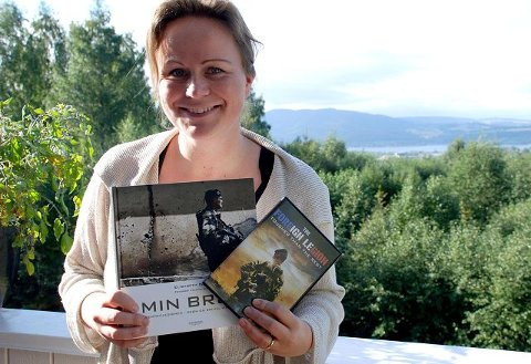 I Brumunddal: Elisabeth Nord blir å treffe på biblioteket i Brumunddal i dag. Her ser vi henne med boka og dokumentarfilmen hun har laget om Fremmedlegionen. Foto: Jeanette Sandbæk Håland.
