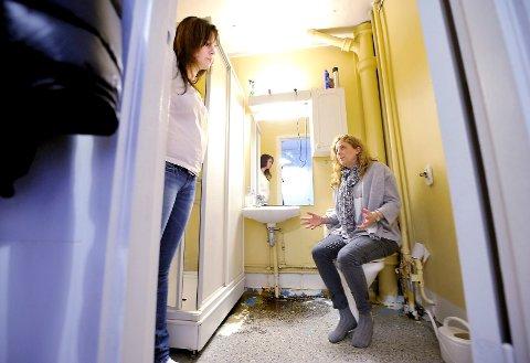 Heidi Jøndahl Nilsen (til venstre) og Heidi Braathen kan forstå at den lille jenta ikke vil bruke badet i leiligheten på Strømsø.