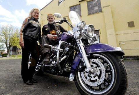 MOBILISERER: Gunnar Svendsen fra Chapter South East og Gerd Brattestå ønsker å høre fra så mange som mulig av distriktets Harley-Davidson-førere så fort som mulig. Foto: Per Gilding