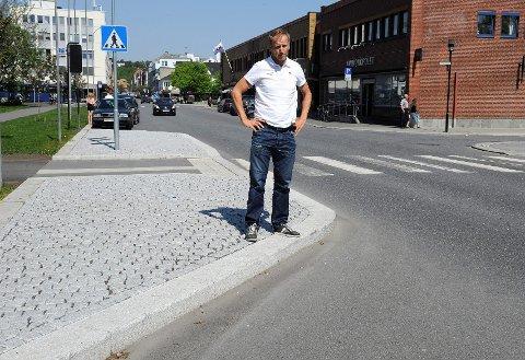 Rune Steinsvik er fortvilet etter at kommunen har snevret inn veien nederst i Jernbanealleen. Strekningen har tidligere vært selve kronjuvelen i Sandefjord Grand Prix. Foto: Atle Møller