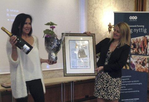 VANT: Anne Britt Bagne Blikshavn (til venstre) stakk denne uken av med prisen som Årets Butikksjef 2013. Her med prisutdeler fra Virke, Inger Lise Blyverket.  Foto: Morten Veland