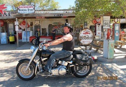 <B>Trond Enderud</B> svinger ut fra en liten cowboylandsby langs Route 66.