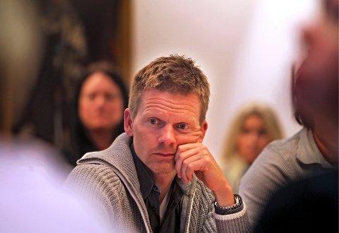 Etter å ha lest saken om boforholdene i Fjordveien vil Tage Pettersen ha et svar fra administrasjonen i kommunen om hva de vil gjøre med situasjonen.