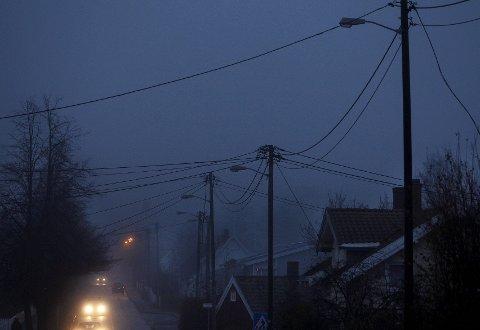 KOMMER OG GÅR: I Gimleveien var i går halve veien mørklagt, men de resterende lysene kom senere på langt etter mørkets frembrudd.