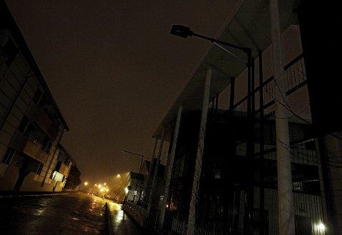 Skoggata ved Kirkeparken videregående skole er mørk på kveldstid.
