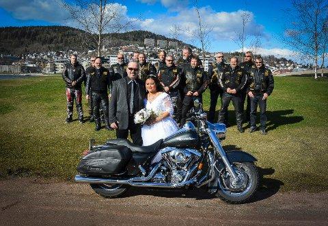 Ekteparet fotografert på Holmenokken foran MC-vennene.