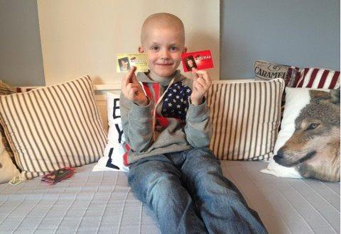 Theodor Åslie (7) har samlet på russekort de siste årene. I år må han tilbringe store deler av mai i isolat på sykehuset og får derfor ikke skaffet seg egne russekort. Nå håper mamma Tonje Heiberg-Storvik Åslie at folk vil hjelpe.