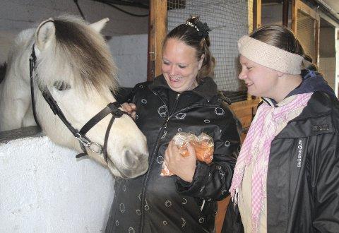Lise Miljeteig og datteren Lisbeth Miljeteig (19) har alltid med seg en pose gulrøtter til hestene når de besøker Ridesenteret på Kvala. Der går Lisbeth på terapiriding hver mandag.