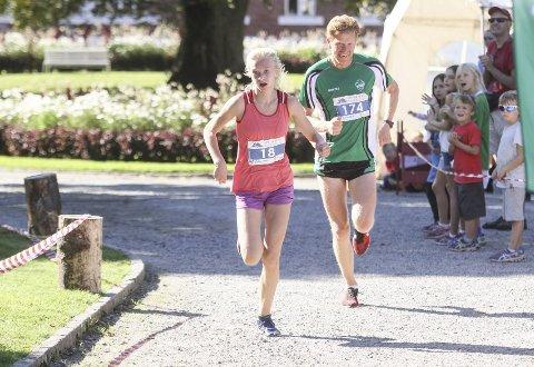 FAMILIEDUELL: Datteren Ragnhild er en meter eller to foran pappa Einar Bergsholm, begge Ås IL Friidrett, i det de kommer i mål etter 10,5 kilometer i den tøffe løypa rundt Årungen.