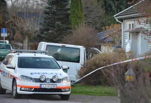 Boligen er nå sikret til politiet får gjennomført taktiske og tekniske undersøkelser.
