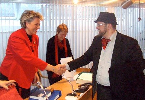 Først sakleg kritikk, så god jul. Ole Torbjørn Holmedal takka ordføraren for samarbeidet i 2009. I bakgrunnen; Mette Guddal.