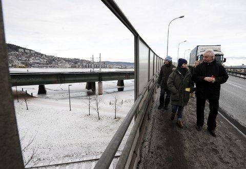 Her er følget på Strømsøbrua.